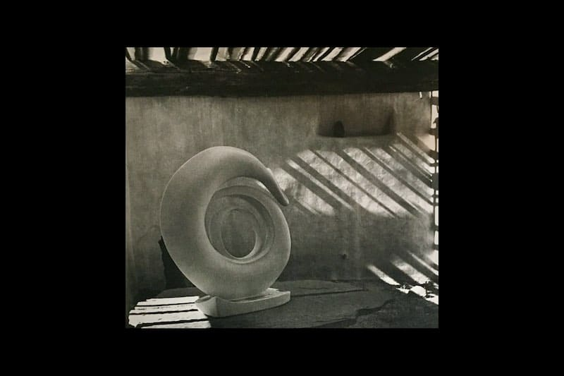O'keeffe sculpture in roofless room,Abiquiu,1981.オキーフ粘土のオブジェ